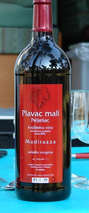 Dieser kroatische Rotwein kommt zwar auch in einer Literflasche auf denTisch. Er schmeckt aber definitiv besser als jeder Tropfen Veltliner. Selbst auf Meereshöhe.